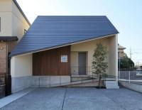 斜屋根の家